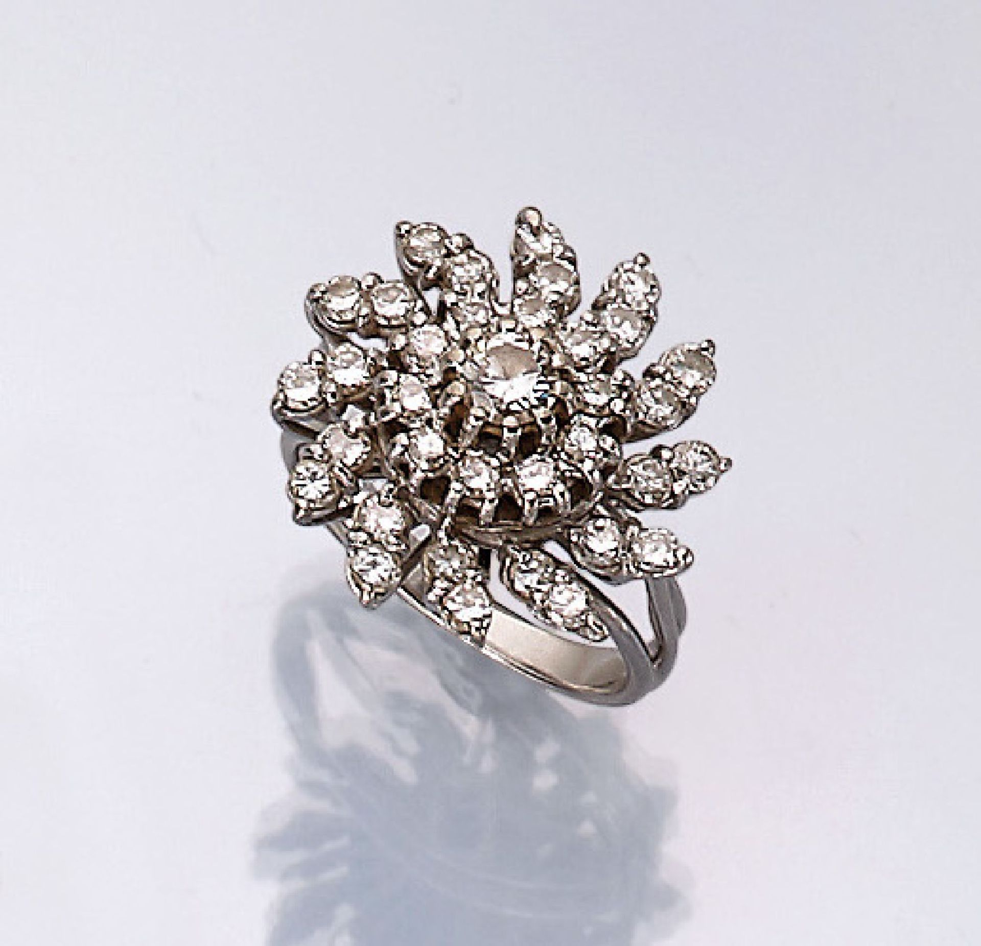 18 kt Gold Ring mit Brillanten, WG 750/000,33 Brillanten zus. ca. 2.10 ct Weiß/vs, total ca. 8.2