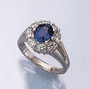 18 kt Gold Ring mit Saphir und Brillanten, WG 750/000, ovalfacett. Saphir 1.50 ct, 8 Brillanten zus.
