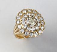 18 kt Gold Ring mit Brillanten, GG 750/000, mittig natürlicher gelber Brillant ca. 1.80 ct Gelb/