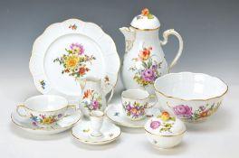 Kaffee- u. Speiseservice, Ludwigsburg, um 1900, Blumenmalerei, Korbgeflechtrand, Goldränder, für 6