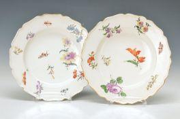 Zwei Zierteller Nymphenburg, 1780/90, bunte Malerei mit Schmetterlingen, feine Abschattierung,
