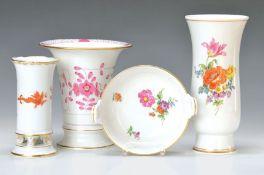 3 Vasen, Meissen, 1950-60, dazu Schälchen, KPM Berlin, 1955, Vasen in Trichterform mit