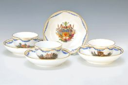5 Tassen mit Untertassen, KPM Berlin, um 1810, Porzellan, Untertassen fein bunt bemalt mit dem