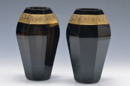Paar Vasen, Ludwig Moser & Söhne, Karlsbad, 20er Jahre, facettiertes lilafarbenes Kristallglas,