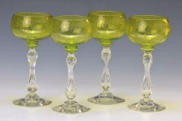 4 Weissweingläser, Frankreich, um 1890, grüne Kuppa, aufwendig graviert und ziseliert, wohl