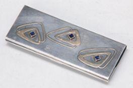 Kamm im Etui, deutsch, um 1905, Silber mit Gelbgoldapplikationen und blauen Steincarrées, schwere