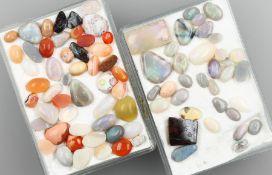 Lot lose Opale, zus. ca. 157.3 ct, Cabochons in versch. Größen und Formen, Farbspiele in Blau,