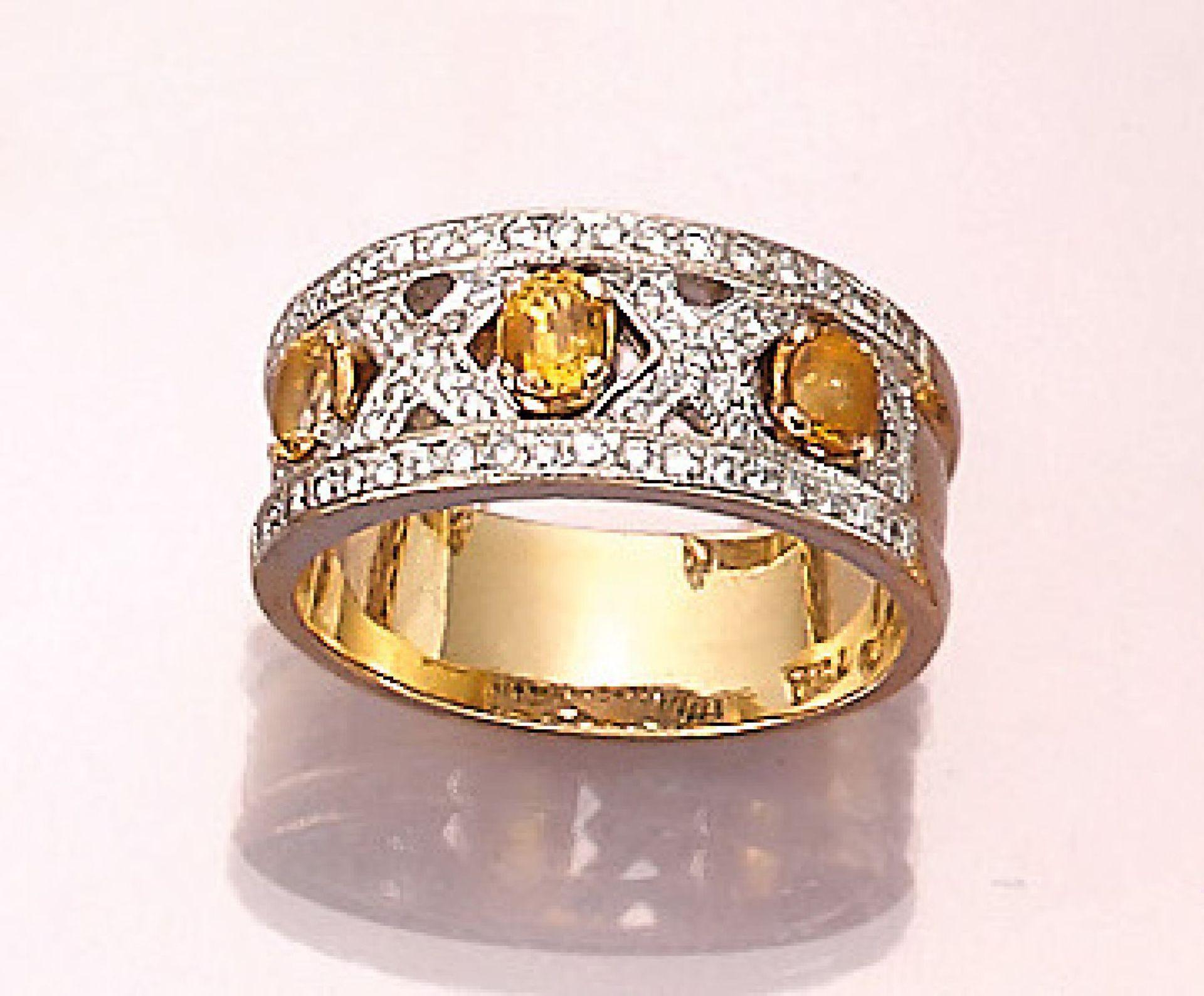 Los 21544 - Ring mit Saphiren und Brillanten, GG/WG 750/ 000, ovalfacett. Saphire zus. ca. 0.60 ct, gelb,