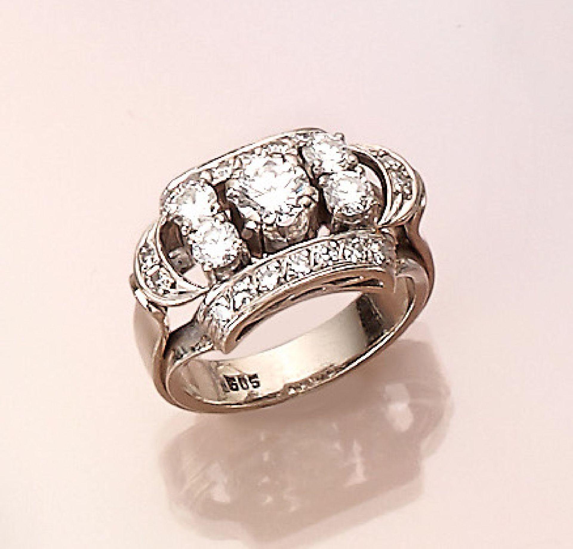 Los 21528 - 14 kt Gold Ring mit Diamanten, WG 585/000, 1950er Jahre, 5 Brillanten zus. ca. 1.10 ct feines Weiß/