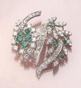 Brosche mit Diamanten und Smaragden, WG 750/ 000, 9 rundfacett. Smaragde zus. ca. 0.75 ct, ca. 72