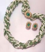 Schmuckset mit Perlen, Diamanten und Smaragden, best. aus: Paar Ohrclips und Collier, Ohrclips und