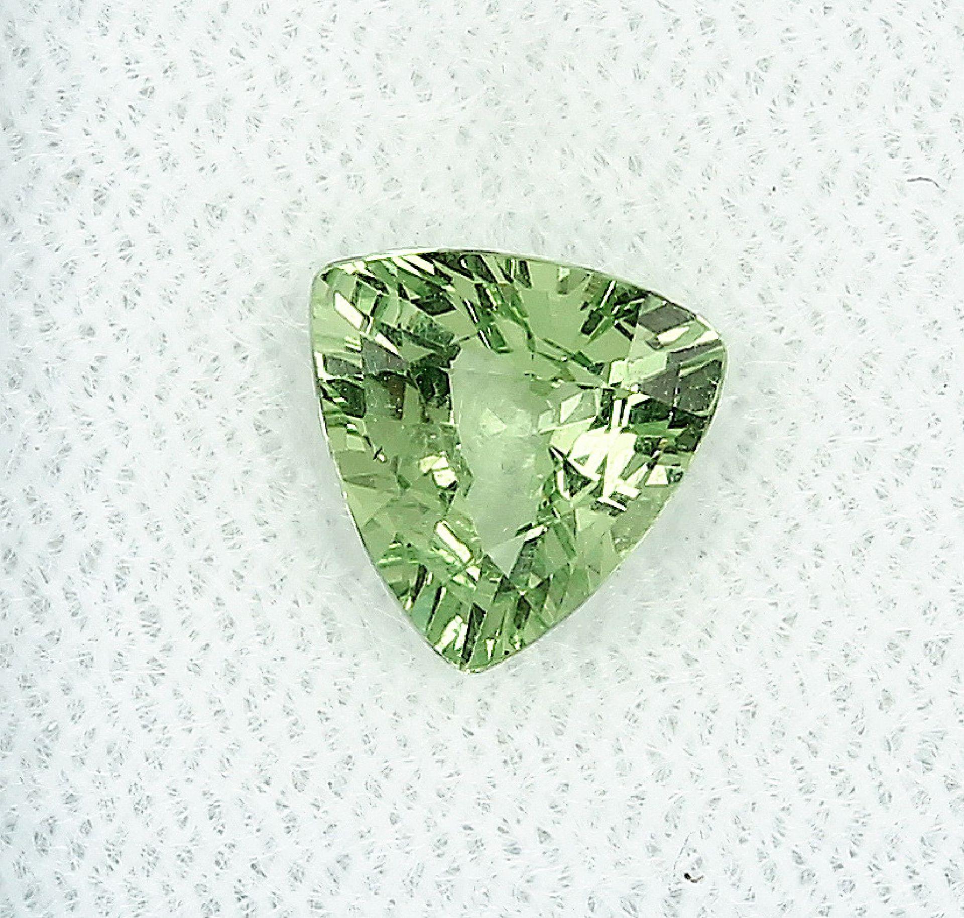 Los 30022 - Lose Granat-Triangel 1.46 ct, yellowish green, 7.34 x 7.80 x 3.97 mm, mit Expertise Schätzpreis: