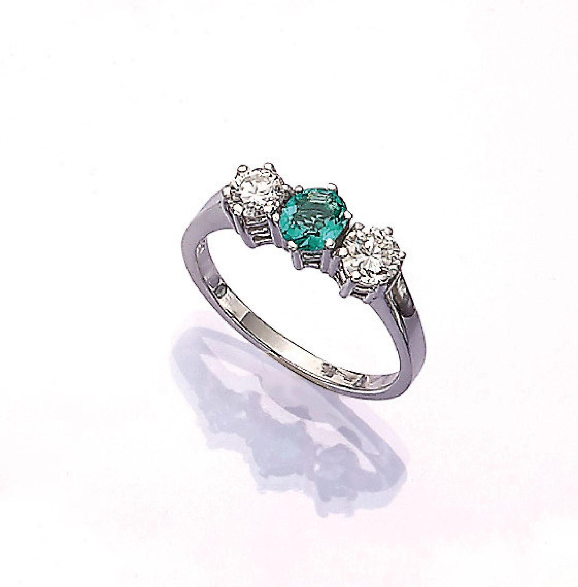 Los 31552 - 18 kt Gold Ring mit Smaragd und Brillanten, WG 750/000, ovalfacett. Smaragd ca. 0.50 ct, 2 Brill.