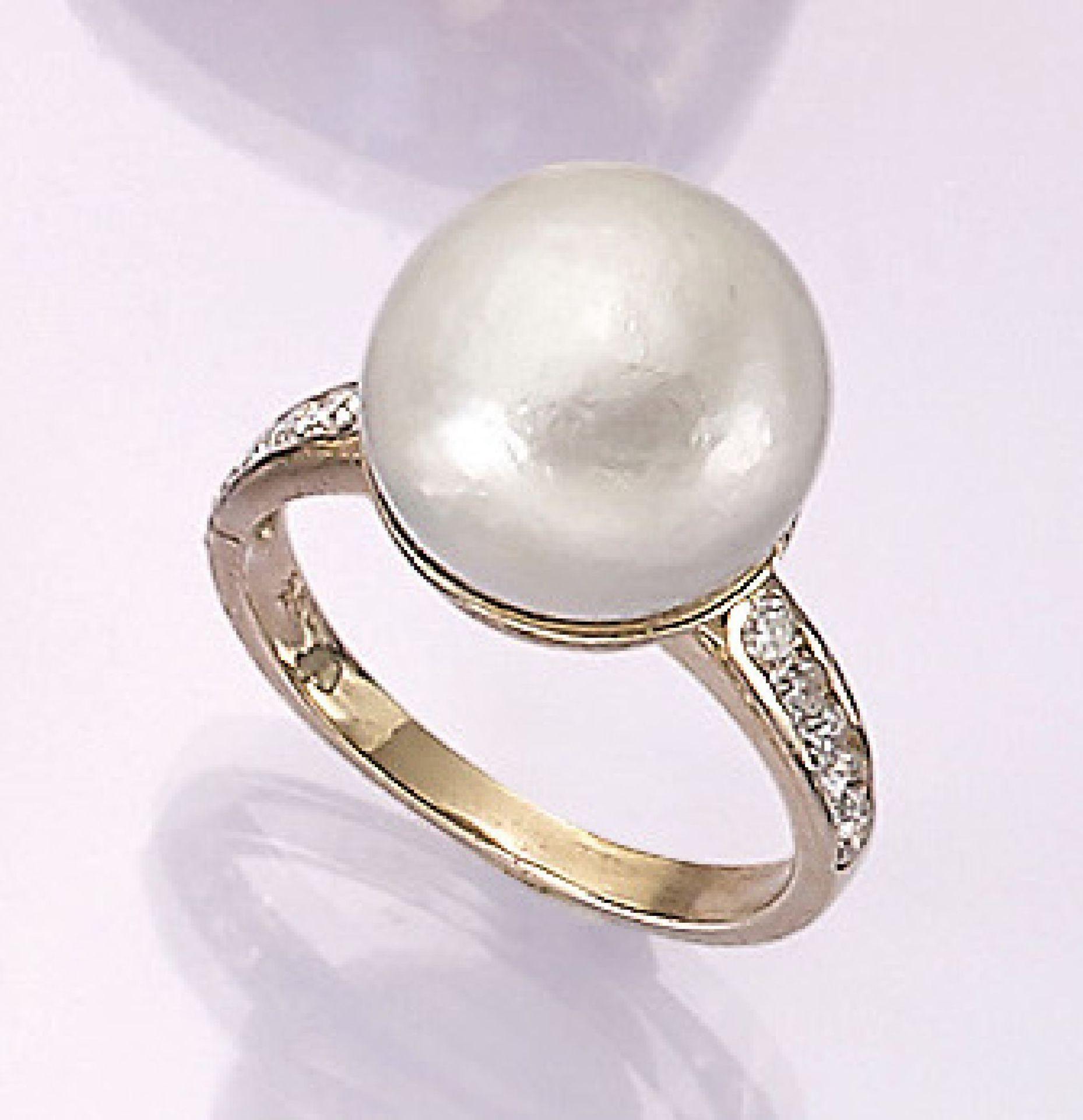 Los 31509 - 14 kt Gold Ring mit Brillanten und Zuchtperle, GG 585/000, weiße Zuchtperle, D. ca. 1.3 cm,