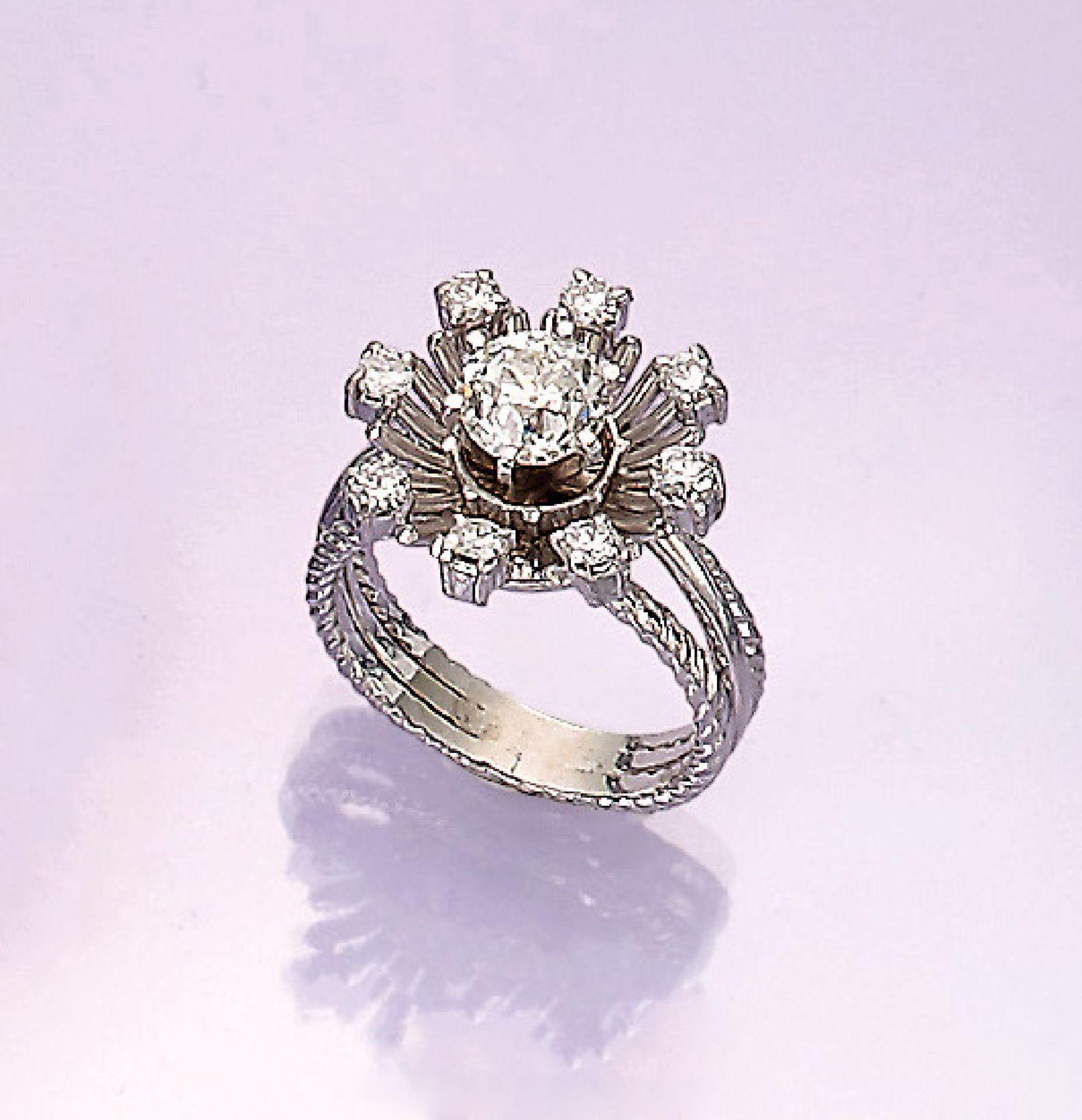 Los 31549 - 18 kt Gold Blütenring mit Brillanten, WG 750/000, mittig Altschliff-Diamant ca. 1.15 ct l.get.Weiß/p