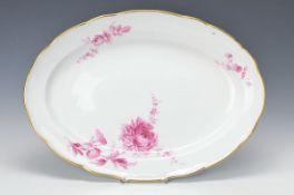 Große ovale Platte, Meissen, um 1900, purpurfarbene Blumenmalerei, asymmetrische Anordnung,