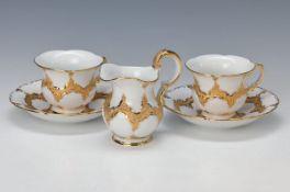 6 Tassen und Untertassen, Sahnegießer, Meissen, 2. H. 20. Jh., X-Form gold gehöht, H. Tasse ca. 7.