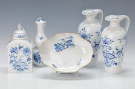 5 Teile Porzellan, Meissen 1. Hälfte 20. Jahrhundert, 3x blaues Zwiebelmuster, Essig- und