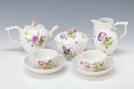 5 Teile Porzellan, Meissen, 18. Jh., Porzellan mit bunter Blumenmalerei, 2 Tassen mit Untertassen,
