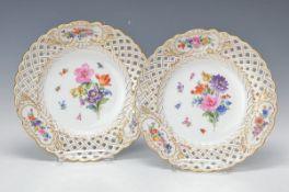Paar Dessertteller, Meissen, um 1870, feine polychrome Blumenbukettmalerei, Goldstaffage,