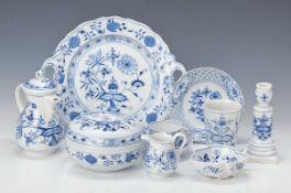 Mokkaservice, Meissen, 2. H. 20. Jh., blaues Zwiebelmuster: 6 Mokkatassen (1x 2. Wahl) mit 6