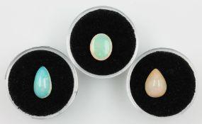 Lot 3 lose Opale, zus. ca. 7.5 ct, best. aus: 1 x ovaler Opalcabochon und 2 x tropfenf.