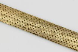 18 kt Gold Armband, GG 750/000, diagonale Backsteinoptik, Oberfläche z.T. grav., 1 Gliedl. besch.,