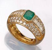 18 kt Gold Ring mit Diamanten und Smaragd, GG 750/000, mittig achteckig facett. Smaragd ca. 1.2