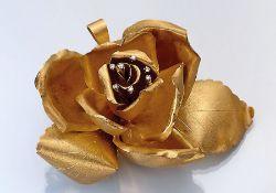 """18 kt Gold Anhänger/Brosche """"Rose"""" mit Diamanten, GG 750/000, Blütenstempel mit kl. Brillantbes.,"""