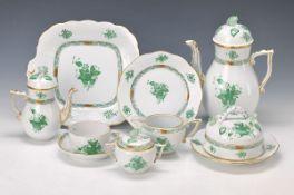 Service, Herend, Apponiy in Grün, 12 Tassen mit 10 Untertassen, 12 Dessertteller, große Kaffeekanne,
