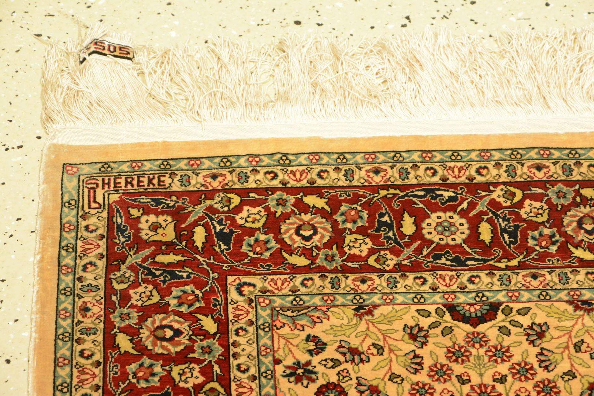 Seiden Hereke alt (Signiert), Türkei, um 1970/1980, reine Naturseide. Feiner nummerierterHereke - Bild 2 aus 12