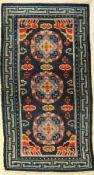 """Meditationsteppich antik, Tibet, um 1900, Wolle auf Baumwolle, ca. 130 x 74 cm, EHZ: 3Tibetan """""""