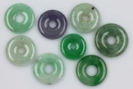 Lot 8 lose Jadescheiben, zus. ca. 135 ct, versch. Größen, mittig gebohrt, pol., D. ca. 2-2.5 cm