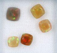 Lot 5 lose Opale, zus. ca. 9.3 ct, Kissenschliff, versch. Größen, unterschiedliche Farbspiele in