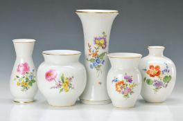 5 Vasen, Meissen, 20. Jh., 2. Wahl, bunt bemalt mit deutschen Blumen, Goldrand, H. ca. 14.5-24.