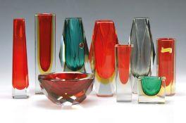 9 Teile Murano-Glas, 70er Jahre, meist Bi-Color Glas, facettiert, verschiedene Formen und Farben,