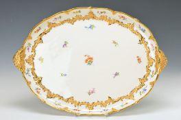 Ovale Platte, Meissen, 20. Jh., 2. Wahl, X-Form, matt- und glanzvergoldetes Rocaillenrelief, bunt