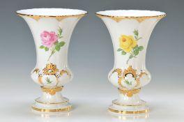 Zwei Vasen, Meissen, 2. H. 20. Jh., Porzellan, polychrom bemalt mit feinem Rosendekor, teilweise mit