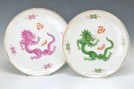 2 Teller, Meissen, 20. Jh., 2. Wahl, Dekor Mingdrache in violett bzw. grün, D. je ca. 25.5cm2