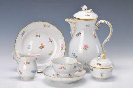 Kaffeeservice, Meissen, 20. Jh., 2. Wahl, bunt bemalt im Dekor gestreute Blumen, Goldränder,