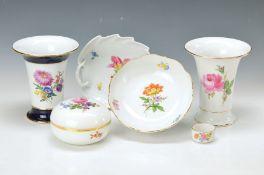 6 Teile Meissen, um 1890 bis 1960er Jahre, bunter Blumendekor: 2 Vasen H. ca.16 cm; Deckeldose D. 12