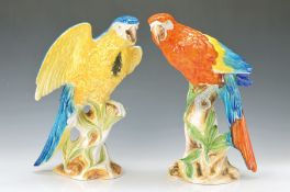 Paar Skulpturen, Italien, 1950er/60er Jahre, Keramik, Papageien auf Baumstumpf, bunt bemalt, H.