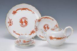 Teeservice, Meissen, 20. Jh., Dekor roter Hofdrache goldgehöht, Teekanne, 6 Teetassen mit