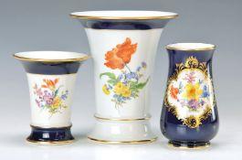 Drei Vasen, Meissen, 2. H. 20. Jh., 1x 2. Wahl, reiches Blumenbukett, gold gehöht, H. ca. 6.5/ 10.