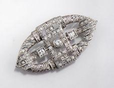 Platin Art-Deco Brosche mit Diamanten, 1930er Jahre, mittig 3 Altschliffdiamanten zus. ca. 0.70 ct