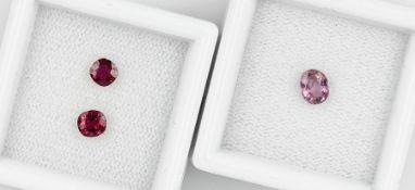 Lot 3 lose Rubine, best. aus: 1 x oval facett., ca. 0.5 ct, 1 x Kissenschliff, ca. 0.2 ct, 1 x