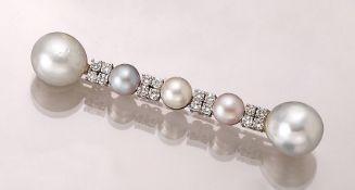 18 kt Gold Brosche mit Perlen und Brillanten, WG 750/000, weiße, graue und l. rosafarb. Akoya- und