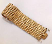 Breites 18 kt Gold Armband, ca. 87.1 g, GG 750/000, Glieder bewegl., grav., pol. und sat., L. ca.