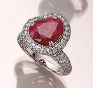 18 kt Gold Ring mit Rubin und Brillanten, WG 750/000, facett. Rubin (farb. und reinh.- beh.) ca. 7.
