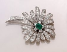 18 kt Gold Blütenbrosche mit Diamanten und Smaragd, WG 750/000, mittig rechteckig facett. Smaragd